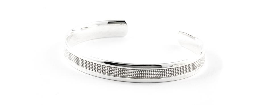 Armspange aus Silber mit strukturierter Oberfläche